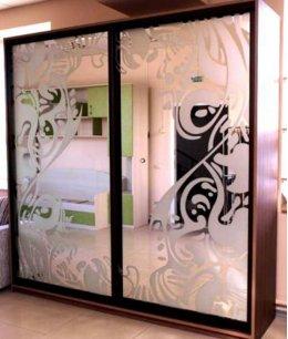 Двери-купе в зал с пескоструйным рисунком