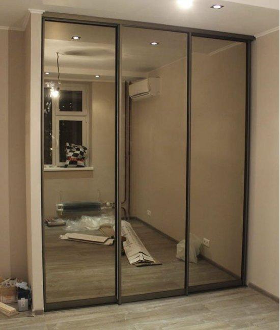 Двери-купе для встроенного шкафа в прихожей