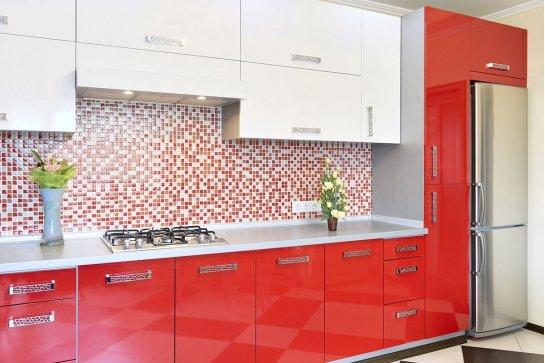 Глянцевая кухня с красным цветом