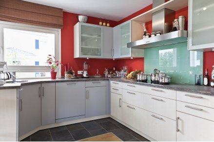 Кухня красная с бирюзовым