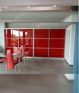 Красный шкаф купе со стеклом лакобель