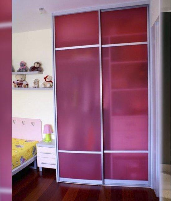Шкаф купе в детскую комнату с матовым стеклом