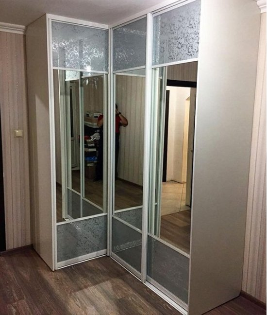 Угловой шкаф купе с зеркалом в спальню