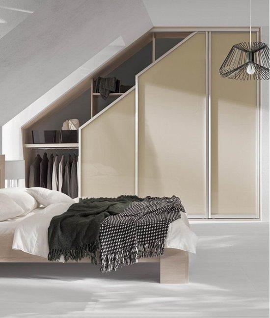 Шкаф купе для мансардной спальни