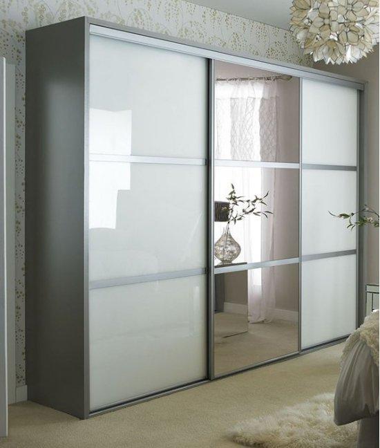Белый шкаф купе с зеркалом трехдверный