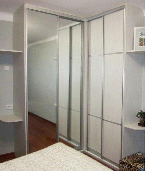 Встроенный угловой шкаф купе светлый